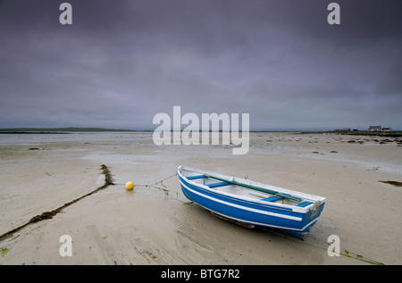 Blue Boat and wide empty sands of the Traigh Bhalaigh Beach at Malaclete, Sollas, North Uist, Hebrides. SCO 6960 - Stock Photo