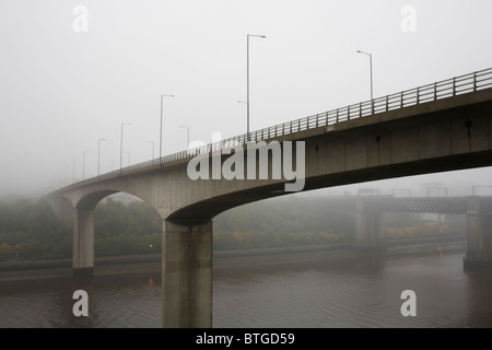 A misty morning on the Redheugh Bridge over the River Tyne between Newcastle and Gateshead. - Stock Photo