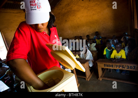 A health worker prepares to vaccinate children during a national polio immunization exercise - Stock Photo