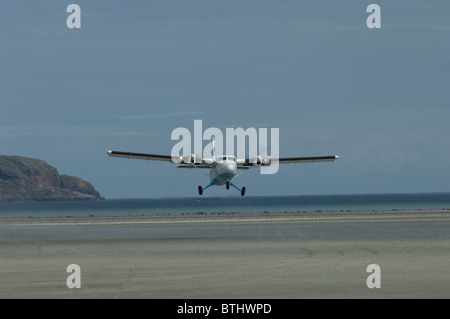 A twin Otter Aircraft Takes off from the shellstrand beach at Barra Airstrip, Outer Hebrides, Scotland. SCO 6677 - Stock Photo