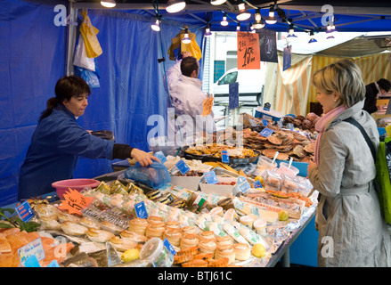 Paris france people shopping for fresh fruit in market for Fresh fish market near me