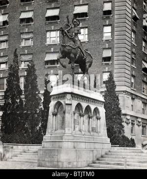 Joan of Arc Statue, in armor with sword raised, by Anna V. Hyatt Huntington, Riverside Drive and 93rd Street, pedestal - Stock Photo
