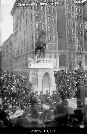 The unveiling of the Joan of Arc Statue, in armor with sword raised, by Anna V. Hyatt Huntington, Riverside Drive - Stock Photo