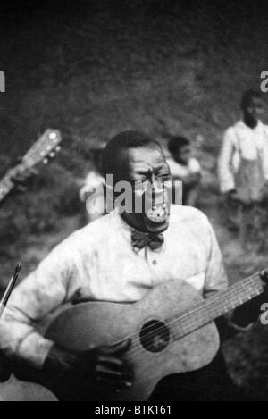 Stavin' Chain (Wilson Jones), Blue Singer, playing guitar and singing the ballad 'Batson,' Lafayette, Louisiana. - Stock Photo