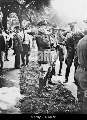General Douglas MacArthur with his staff officer, Col. Dwight D. Eisenhower, stand among troops in Anacostia Flats - Stock Photo