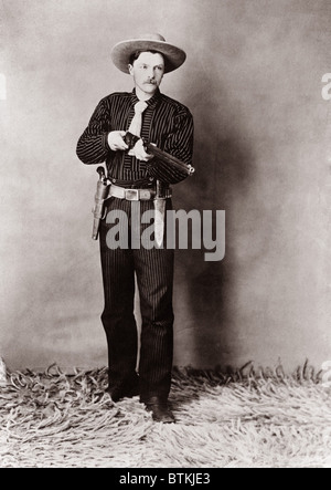 Bill Bennett, Wild West detective, armed with a rifle, revolver and knife. Ca. 1900. - Stock Photo