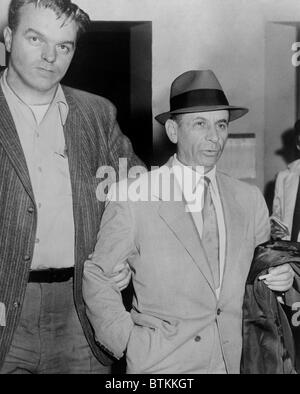 Gambling boss Meyer Lansky (1902-1983), led by a detective for booking on vagrancy charge at 54th Street police - Stock Photo