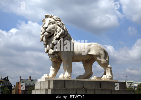 COADE STONE LION WESTMINSTER LONDON ENGLAND LONDON ENGLAND LONDON ENGLAND 20 May 2010 - Stock Photo