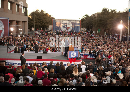 Former Pres. George W. Bush and wife Laura are greeted by 20,000 well-wishers in Midland TX after leaving office - Stock Photo