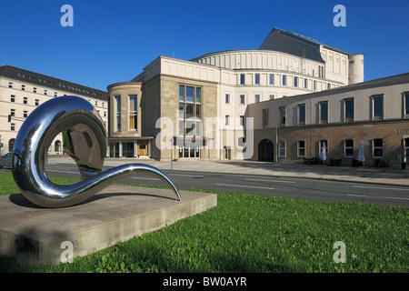 Opernhaus der Wuppertaler Buehnen und des Tanztheaters Pina Bausch mit einer Edelstahlskulptur von Tony Cragg in - Stock Photo