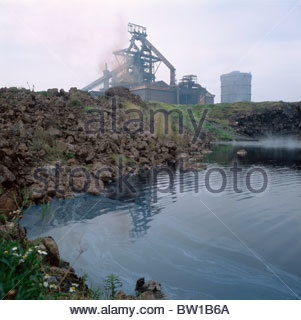 Redcar steelworks. Foreground: effluent lagon within disused slag disposal site. Backgound: Blast furnace. Teesside, - Stock Photo