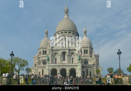 Tourists visit the basilique du Sacré-Coeur in Montmartre, Paris, France - Stock Photo