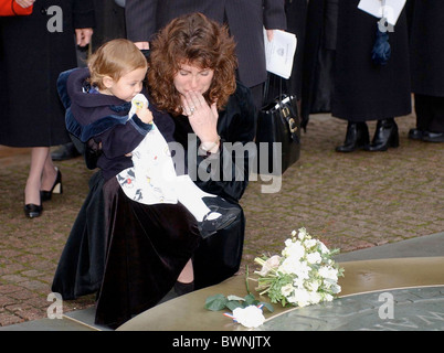 MOURNER AT SERVICE AT WESTMINSTER ABBEY IN LONDON FOR BRITISH VICTIMS OF THE 9/11 WORLD TRADE CENTER TRAGEDY - Stock Photo