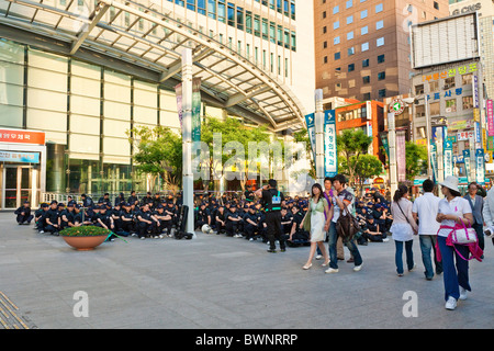 Riot police waiting at the ready in Myeong-dong, Seoul, South Korea. JMH3847 - Stock Photo