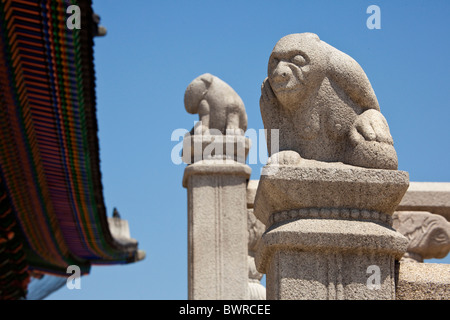 Stone sculptures at Geunjeongjeon, or Hall of Government by Restraint, Gyeongbokgung Palace Seoul South Korea. JMH3893 - Stock Photo