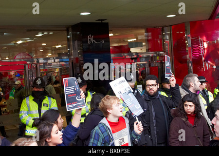 ukuncut protesters outside BHS on Oxford Street - Stock Photo