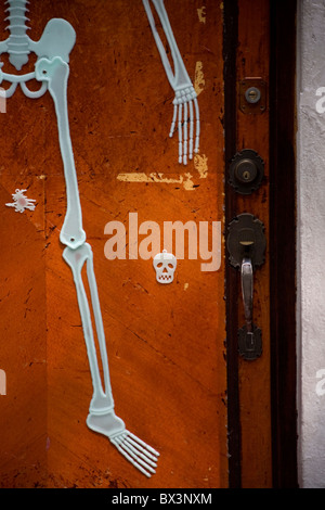 A skeleton decorates a homeu0027s door in Coyoacan ahead of Day of the Dead celebrations & A skeleton decorates a homeu0027s door in Coyoacan ahead of Day of the ... pezcame.com