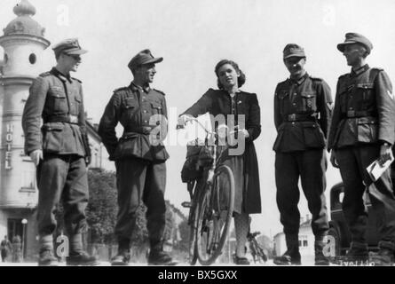 events, Second World War / WWII, German soldiers with a young woman, probably Italy, circa 1943, Additional-Rights - Stock Photo