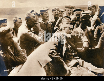 events, First World War / WWI, Western Front, France, German soldiers with a wounded British aircraft observer at - Stock Photo