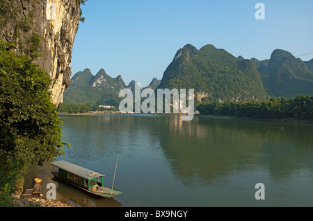 River Li - Boat moored on the banks of the River Li in Xinping, Guangxi, China. - Stock Photo