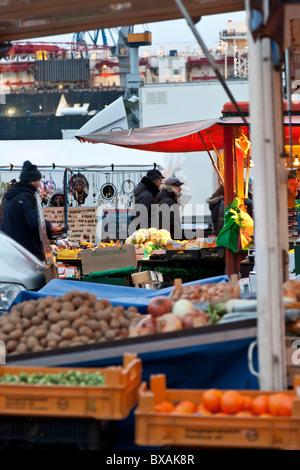Early morning shopping at the Fish Market in Sankt Pauli, Hamburg. - Stock Photo