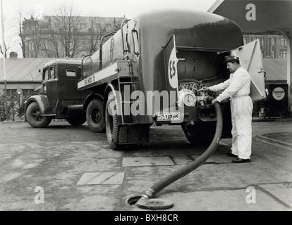 transport / transportation, car, tank lorry, Esso petrol delivery, Lenbachplatz, Munich, Germany, circa 1950, Additional - Stock Photo
