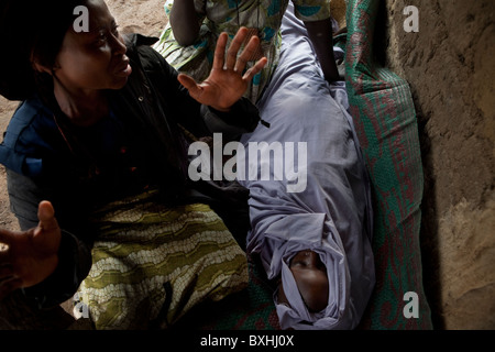 A mother mourns over the death of her daughter, Grace, after she dies of the AIDS virus - Amuria, Uganda. - Stock Photo