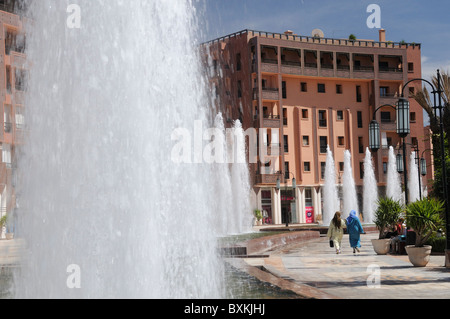 Fountains and shopping plaza on Place du 16 Novembre, Ave Mohammed V in Marrakech - Stock Photo