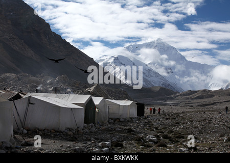 Tents at Everest Base Camp with a view of Everest or Qomolangma in Tibet, China. - Stock Photo