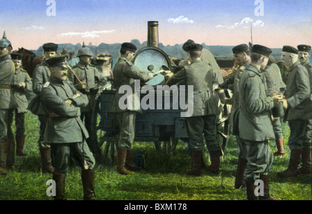 events, First World War / WWI, Western Front, France, 1915 - 1918, German soldiers reveiving food from a field kitchen, - Stock Photo