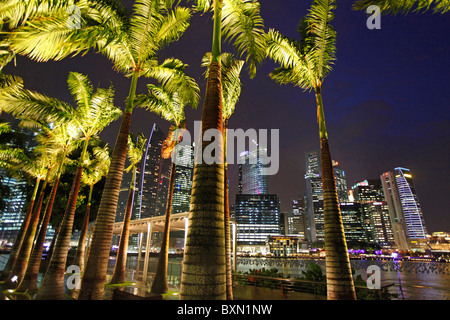 Singapore Marina Bay and skyline of the financial district at night - Stock Photo