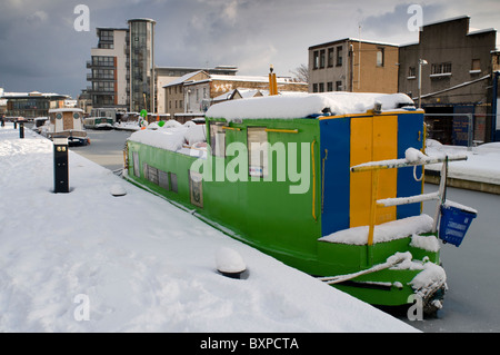 Barges in winter snow on the Union Canal at Lochrin Basin, Edinburgh Quay. - Stock Photo