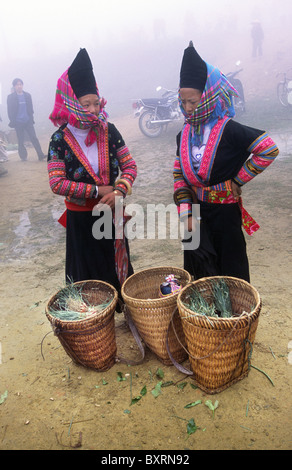 Hmong minority women at the market. Sinhoe, Lai Chau Province, Northern Vietnam. - Stock Photo