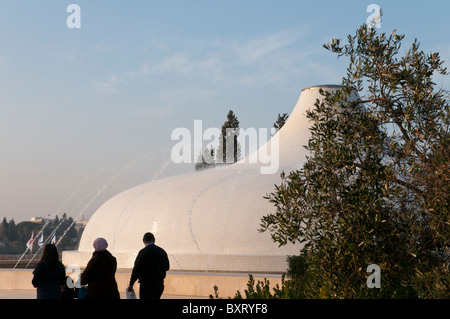 Jerusalem Museum. View of the shrine of the Book with people - Stock Photo