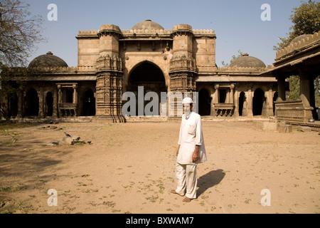 A Muslim man at the Bai Harir Mosque at Ahmedabad, Gujarat, India. - Stock Photo