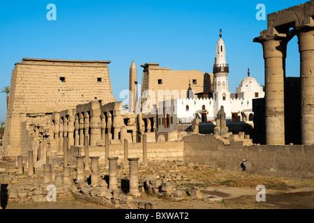 Aegypten, Luxor, Luxor-Tempel (Ipet-resit), Pylon mit Obelisk und Säulenkolonade, in der Mitte die Moschee des Heiligen - Stock Photo