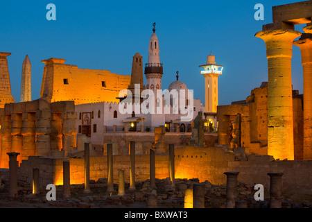 Aegypten, Luxor, Luxor-Tempel (Ipet-resit), Pylon mit Obelisk und Säulenkolonade, in der Mitte Moschee des Heiligen - Stock Photo