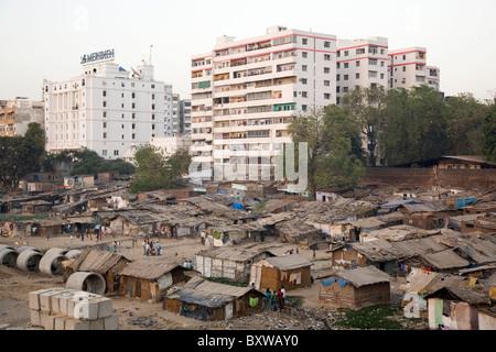 The Riverside Slum in Ahmedabad, Gujarat, India. - Stock Photo