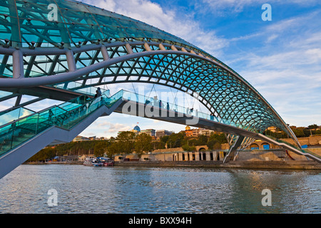 Bridge of Peace crossing the Mtkvari River Tbilisi Georgia designed by Italian architect Michelle de Lucchi. JMH4063 - Stock Photo