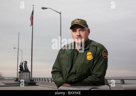 United States Border Patrol agent at the international bridge over the Rio Grande river between Mexico and USA in - Stock Photo