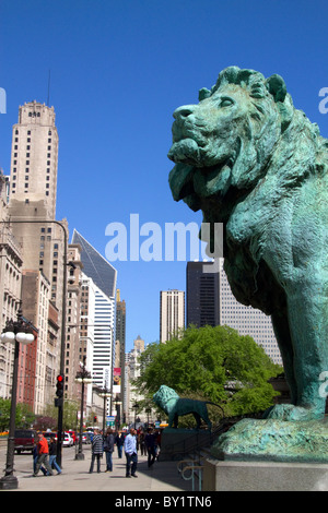 Bronze lion statue at the entrance to the Art Institute of Chicago building in Chicago, Illinois, USA. - Stock Photo