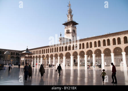 Syrian Muslim worshippers in the open-air courtyard of the Umayyad Mosque in the old city (medina) of Damascus, - Stock Photo