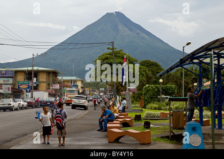 The town of La Fortuna de San Carlos with the Arenal Volcano looming in the background, Alajuela, Costa Rica. - Stock Photo