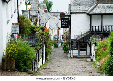 Steep cobbled street of Clovelly village, leads down to the harbour. Clovelly Court, Bideford, Devon, UK - Stock Photo