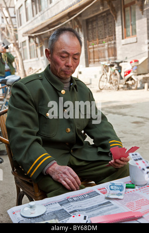Chinese former soldier playing card game in the street in Hutong, Chengdu, Sichuan Province, China. JMH4410 - Stock Photo