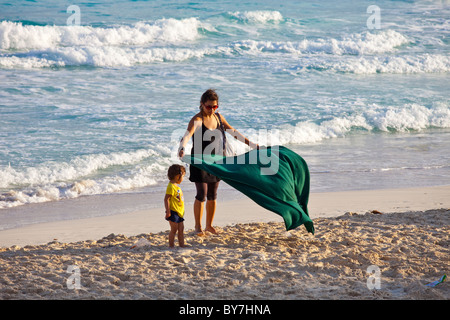 Mother and daughter on the beach in Cancun, Mexico - Stock Photo