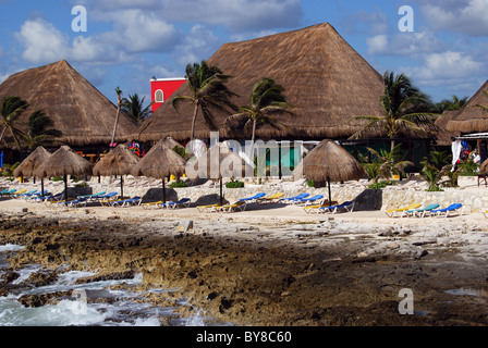Thatched beach buildings and parasols, Costa Maya, South Eastern Region, Mexico, Caribbean. - Stock Photo