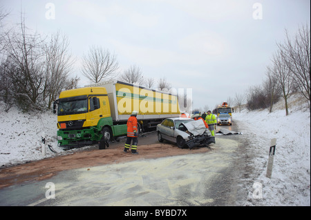 Fatal traffic accident on the L 1140 Hemmingen - Schwieberdingen, car crashed into a truck, driver died while still - Stock Photo