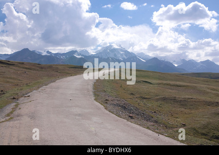 Highway leading into the mountains near Sary Tash, Kyrgyzstan, Central Asia - Stock Photo