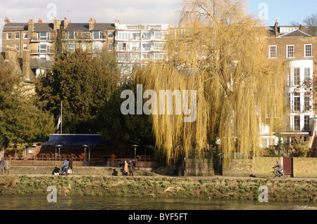 People walking on the River Thames towpath near Richmond Upon Thames - Stock Photo